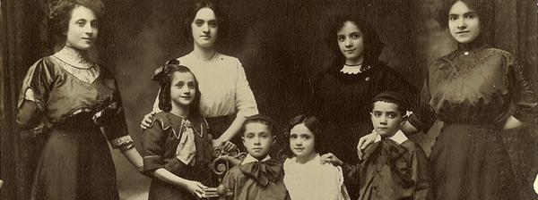 Frances Israel (de pie, tercera de izquierda a derecha) y sus hermanos. Lower East Side, New York, 1910